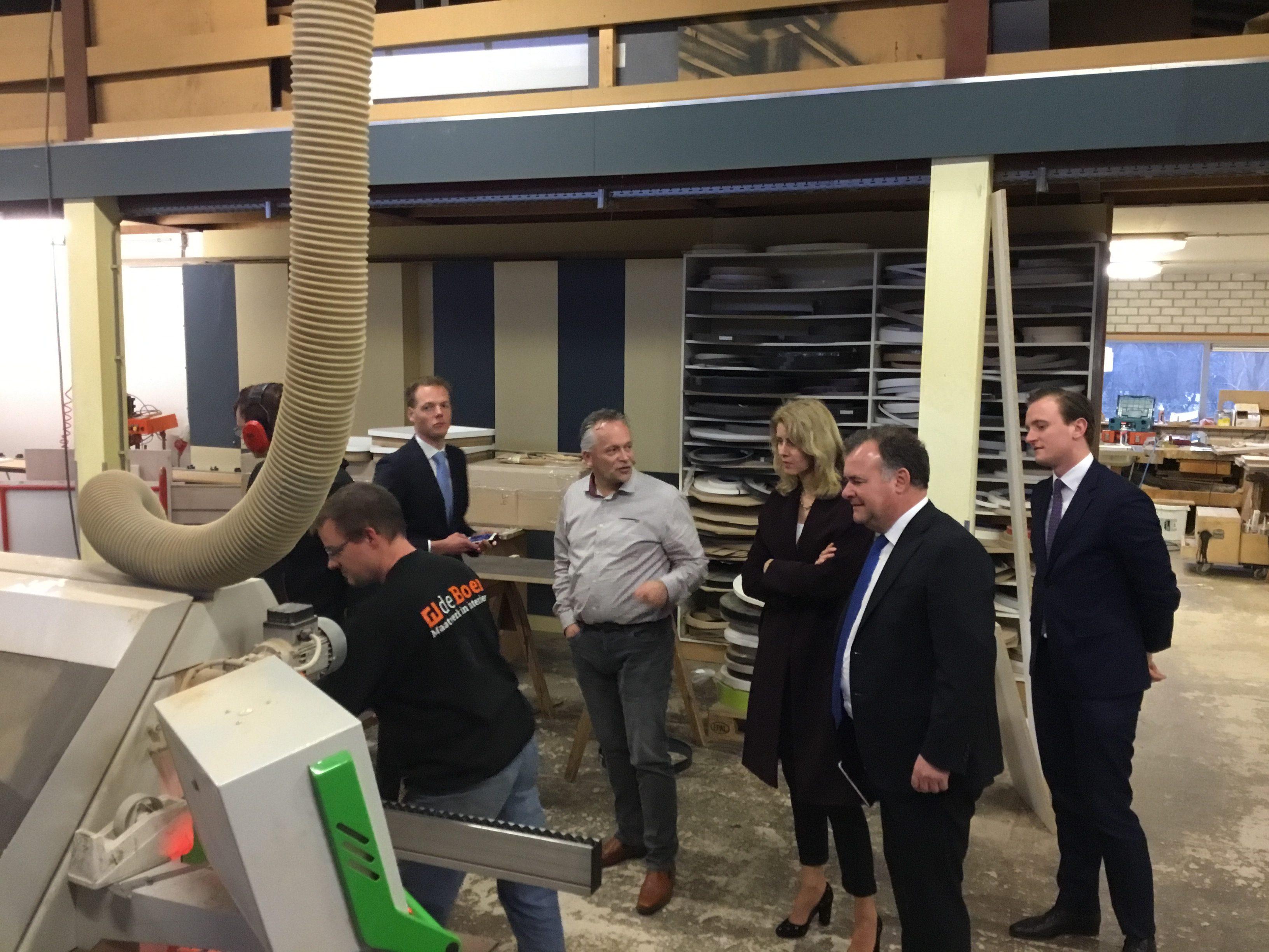 op maandag 15 januari 2018 kreeg de boer maatwerk in interieur bezoek van mona keijzer de staatssecretaris van economische zaken en klimaat